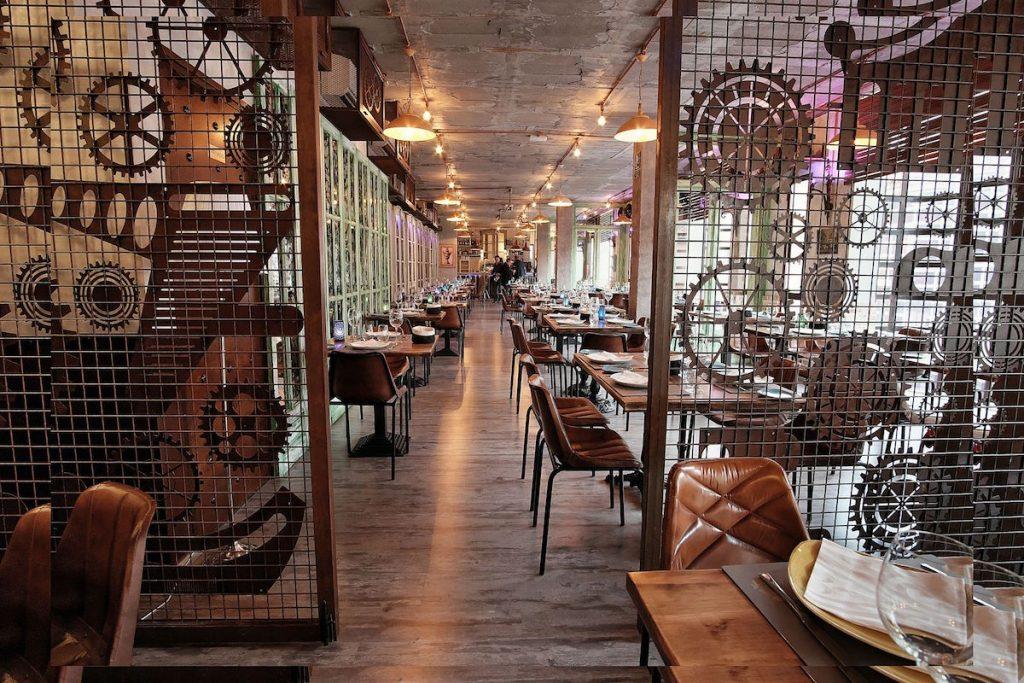 Interior del restaurante Hemisferio en Alcalá de Henares